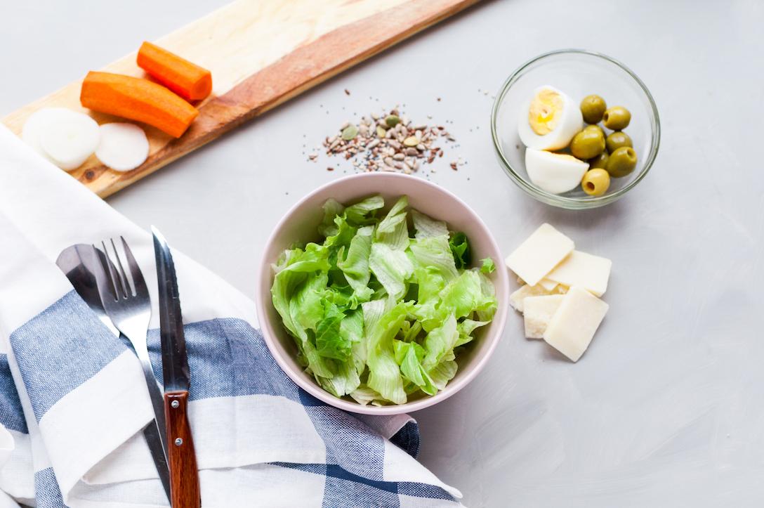 Fotografía gastronómica. Una ensalada imperfecta hecha de la manera más tradicional. Aquí podrás encontrar el inicio de todo, un bol vacío que se va llenando con los ingredientes que más te gusten ¿te lo imaginas?
